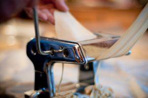 manuelle Herstellung von Pasta mit Hilfe einer Nudelmaschine